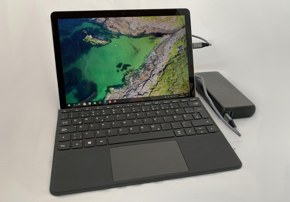 Surface Go Tablet Laptop über USB-C mit Powerbank laden.